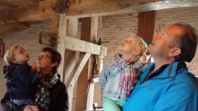De kinderen zijn onder de indruk van de draaiende molen