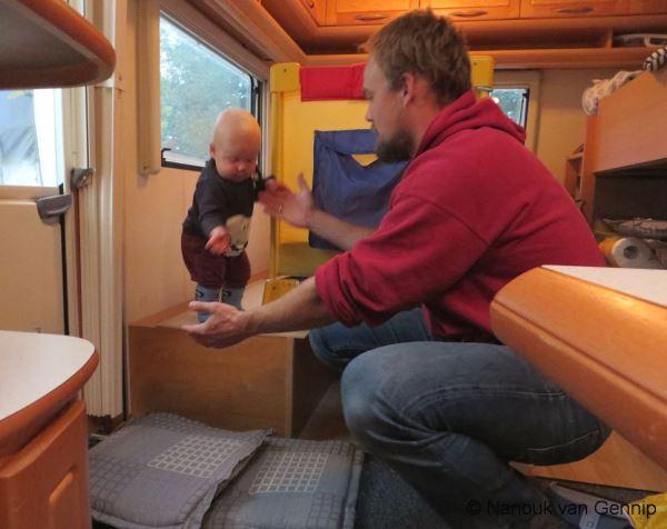 baby spelen in caravan
