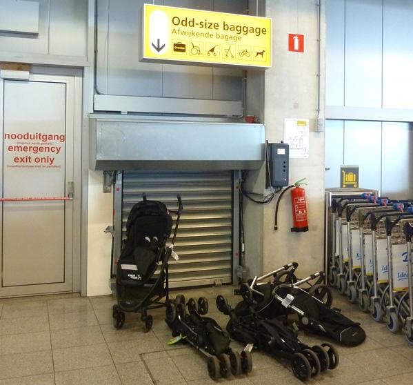 Buggy bij bagageband vliegveld