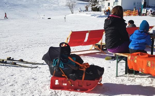 Maxi Cosi op slee wintersport baby