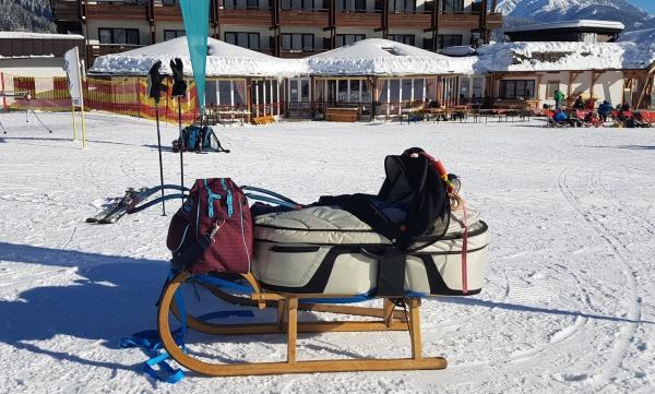 reiswieg op slee wintersport baby