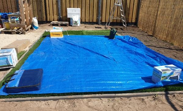 kunstgras en grondzeil onder het zwembad